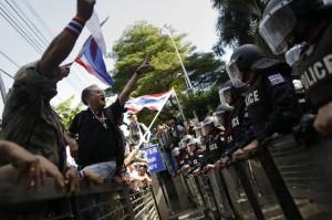 Agentes de policía protegen la sede del partido de la primera ministra Yingluck Shinawartra, en Bangkok, 29 de noviembre 2013. Damir Sagolj (REUTERS)