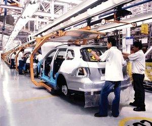 Trabajadores de una industria de coches en México