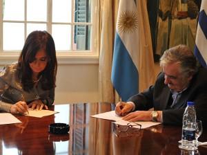 Cristina Fernández y su homólogo uruguayo, José Mujica, firman un tratado de monitoreo del río Uruguay, donde se ubica la planta de UPM. Fuente: Wikimedia Commons