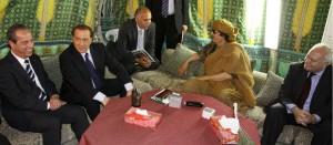 Muamar el Gadafi acompañado del ex primer ministro italiano Silvio Berlusconi y el ex ministro de Asuntos Exteriores español Miguel Ángel Moratinos
