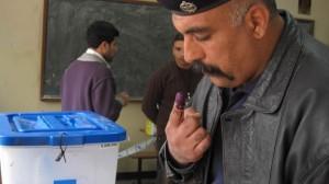 Un militar iraquí vota durante las elecciones de 2010