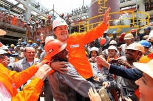 Lula es alzado por un trabajador de la estatal petrolera Petrobras