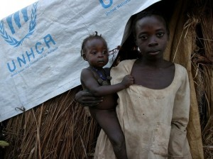 Mujer con su hijo en un campamento de ACNUR