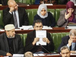 El diputado Moez Belhaj Rhouma sostiene un borrador de la nueva Constitución. / Imagen cedida por El País. Autor AIMEN ZINE (AP)