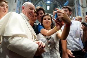 Papa Francisco haciéndose un selfie con jóvenes. Flickr