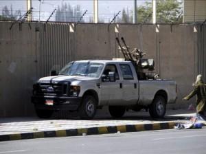 Combatientes hutíes vigilan los accesos al Palacio Presidencial en Saná (Yemen). EFE