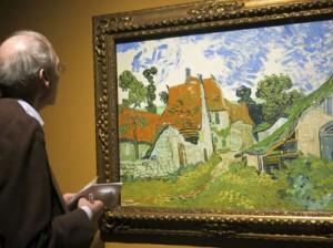 Un hombre observa la obra 'Calle en Auvers' de Vincent Van Gogh, en la exposición 'Van Gogh en Borinage: el nacimiento de un artista', en la ciudad belga de Mons. EFE