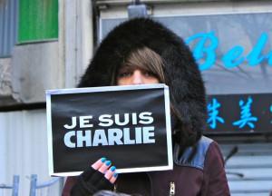 Una joven sujeta un cartel que reza 'Je suis Charlie'