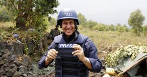 Peter Greste con el uniforme de corresponsal