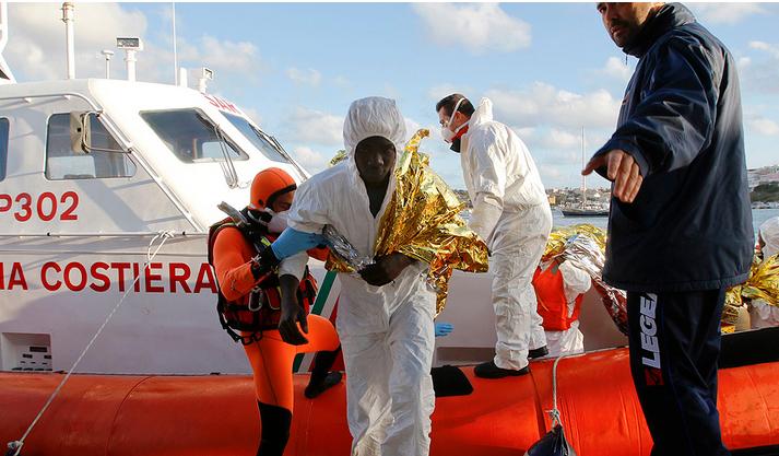 Uno de los inmigrantes  sale de la embarcación.