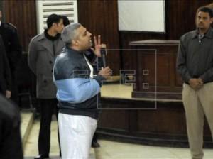 El periodista egipcio con pasaporte canadiense Mohammed Fahmy (centro) se dirige al juez (no fotografiado) durante una vista en los juzgados en El Cairo (Egipto) hoy. EFE