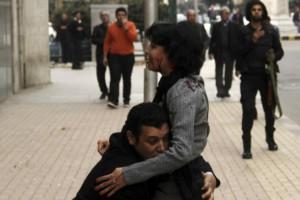 Mustafa sostiene a Shaima mientras se le escapa la vida el pasado 24 de enero en El Cairo. Reuters