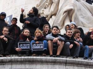 Jóvenes en la Plaza de la República en París.