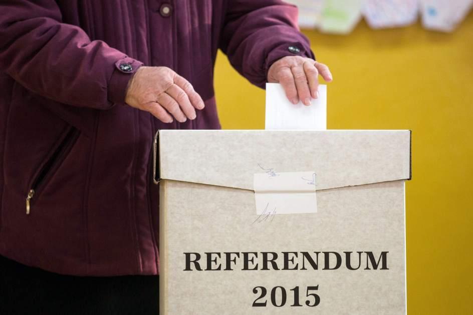 Una mujer vota en el referéndum. Fuente: EFE