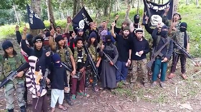Miembros del Grupo Abu Sayyaf (ASG) izan las banderas en enero de 2016 después de prometer lealtad al Estado Islámico. (Fuente: The Manila Times)
