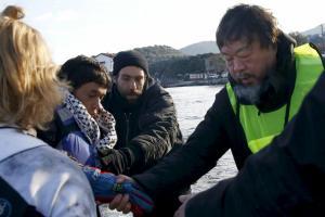 El artista y activista chino, Ai Weiwei ayuda a los refugiados en Lesbos. Fuente: El País