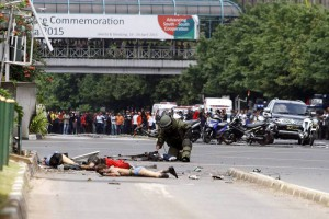 Un artificiero de la policía inspecciona uno de los cuerpos tras la explosión de Yakarta. (Fuente: EFE/ Roni Bintang)