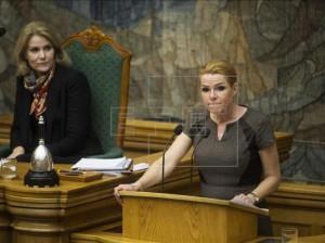 La ministra de Integración, Inger Stoejberg (d), interviene junto a la ex primera ministra danesa, la socialdemócrata Helle Thorning-Schmidt (i), durante un debate en el Parlamento danés, en Copenhague. EFE/Archivo