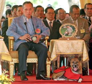 El rey Bhumibol acompañado de su mascota preferida, Tong Daeng.