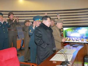 Según la agencia de noticias el líder norcoreano Kim Jong Un celebró el lanzamiento. Reuters