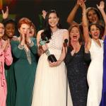 Laura Prepon, rodeada de sus compañeras de reparto, recibiendo el Premio del Sindicato de mejor elenco en serie de comedia por 'Orange is the New Black'