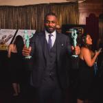 Idris Elba con sus dos Premios del Sindicato: el de mejor actor secundario por su papel en 'Beasts of No Nation', y el de mejor actor en miniserie ('Luther')