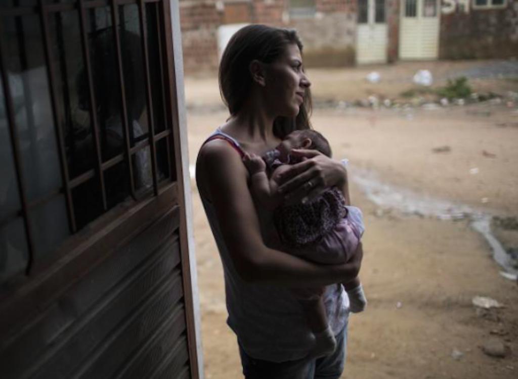 Madre sostiene a su hija nacida con microcefalia. Estado de Pernambuco, Brasil. 22 de diciembre de 2015. Fuente de la imagen: AP/Felipe Dana.