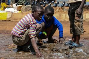 Niños recogen agua en Kibera. Creative Commons.