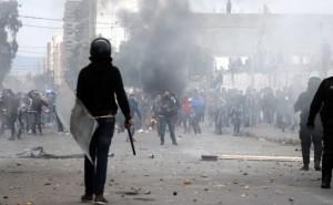 Ejército y policía se enfrentan a los manifestantes en Túnez. AFP