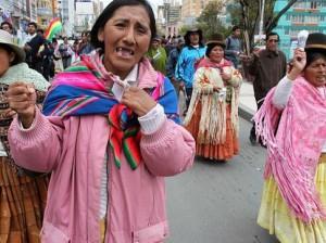 Cholitas protestando. Foto: Agencia Efe / Martín Alipaz
