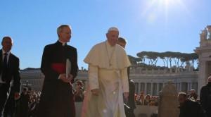 El papa Francisco con un miembro de la curia en Roma. Foto: ACI Prensa