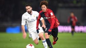 El jugador del Kashima Shoma Doi conduce el balón en presencia de Dani Carvajal durante la final del Mundial de Clubes