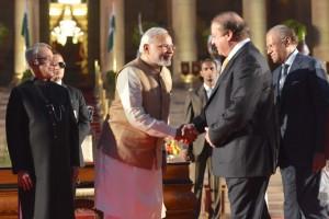 Modi y el líder paquistaní, Nawaz Sharif, se saludan durante la visita del segundo a Nueva Delhi, en 2014