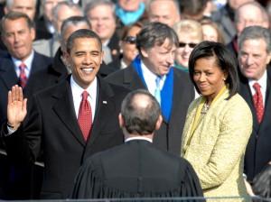 El presidente saliente de EE.UU., Barack Obama, juró por primera vez su cargo en 2009, junto a su mujer Michelle Obama - Fuente: Wikipedia