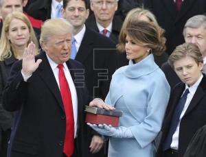 Trump jura el cargo junto a su esposa, Melania. Fuente: EFE