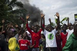 Manifestantes con las manos alzadas frente a la policía en Musaga, Burundi, 4 de mayo de  2015. Photo: IRIN/Phil Moore