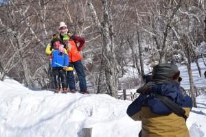 Turistas chinos se hacen una foto en un montículo de nieve junto al Lago Esmeralda, en el parque natural del Monte Changbai. Foto: Víctor Escribano
