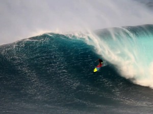 El surfista Jeff Rowley durante la Big Wave Surfer.
