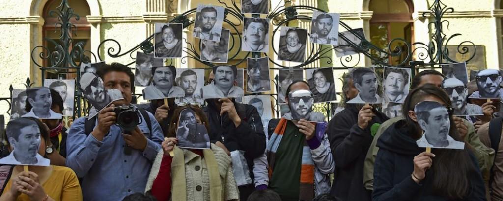 Periodistas protestando por la violencia contra la prensa mientras muestran los rostros de sus compañeros de profesión asesinados (Fuente: AFP)
