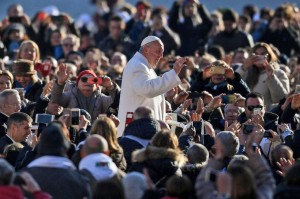 El papa Francisco saluda a los fieles durante su audiencia general de los miércoles. 24-01-2018. ALESSANDRO DI MEO (EFE)