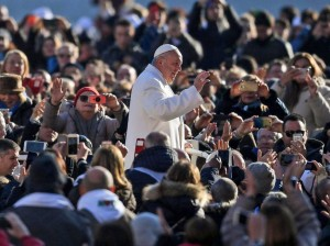 Saludo del papa Francisco a los fieles durante su audiencia general de los miércoles. ALESSANDRO DI MEO (EFE)