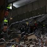 Bomberos buscando supervivientes en una de las estructuras. Fuente de la imagen: Wikimedia Commons.