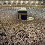 Peregrinos agrupados alrededor de la 'Kaaba', la piedra negra sagrada de La Meca. Foto: AP