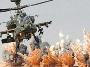 Un helicóptero de las fuerzas militares egipcias durante la ofensiva en la península del Sinaí