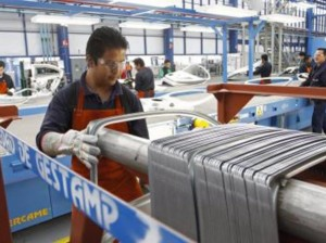 Uno de los trabajadores en una de las plantas de la multinacional española