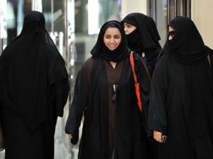 Mujeres saudíes, vestidas con la 'abaya', caminan por un centro comercial de Riad