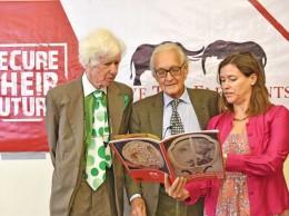 El experto Esmond Bradley (izq.) junto a su colega conservacionista Lucy Vignes (der.) y el presidente y fundador de la organización Save the Elephants, Iain Douglas Hamilton (cent.)/ Getty Images