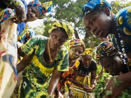 Muchas mujeres africanas siguen estando relegadas a trabajos precarios con sueldos bajos y escasas oportunidades de promoción. Fuente: UN Women