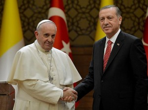 El papa Francisco y el presidente de Turquía, Erdogan, se saludan antes de mantener una conversación privada.